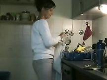 Bella donna nuda sesso amatoriale in cucina