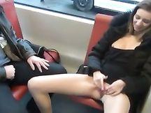 Puttanella si masturba di fronte a me sul bus