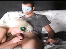 Scopata amatoriale con la mascherina di coppia italiana