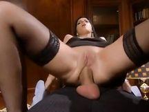 Elegante brunetta italiana inculata da una minchia enorme