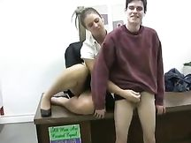 La prof fa una sega ad un alunno