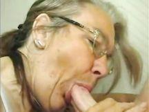Figlio riprende gli anziani genitori che fanno sesso
