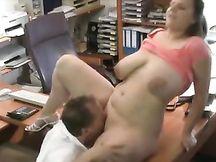Scopa con la segretaria tettona in ufficio