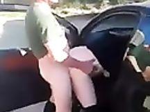 Scopata in un parcheggio in pieno giorno