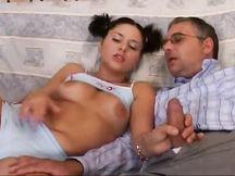 La figlia fa contento papà con una bella scopata