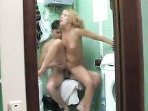 Spia il figlio nudo in bagno e si fa scopare da lui