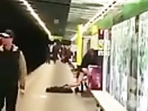 Scopano pubblicamente nella stazione del metrò