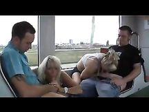 Spompinano due sconosciuti sulla tramvia
