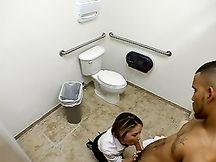 Scopa con un tunisino nella toilet del ristorante