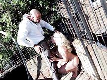 Scopa la sua cagna bionda dentro una gabbia
