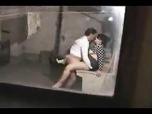 Filmati di nascosto mentre chiavano in lavanderia