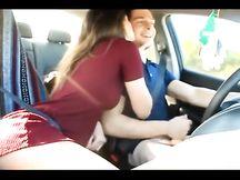 Lui guida mentre la fidanzata succhia e si tocca