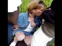 Filma la moglie che spompina due negri al parco
