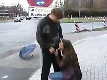 Spompina l'amico in vari luoghi pubblici
