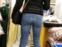 Culetto di bionda alla cassa del supermercato
