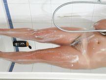 Riprendo mia moglie mentre fa la doccia