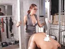 Mistress Jennifer Lemonde incula il suo dipendente
