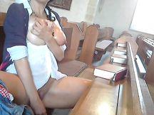 Tettona si masturba in chiesa durante la messa
