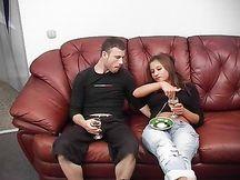 Fidanzata troia scopata sul divano