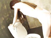 Giapponese gode con un vibratore nel culo