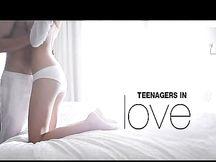 Giovane coppia fa sesso sul letto