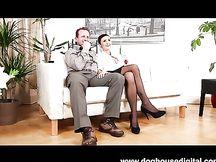 Zoccoletta scopata in casa da coppia sposata