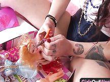 Punk amatoriale con una bambola in vagina