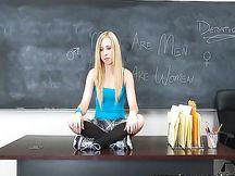 Studentessa bionda scopata da un compagno