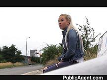 Calda teen bionda fa un pompino per strada