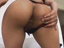 Figa latina gioca con lo sperma in bocca