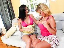 Velicity Von inizia un'amica al sesso lesbo