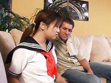 Scolaretta giapponese scopata da maturo