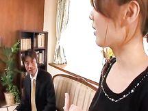 Giovane moglie asiatica timida