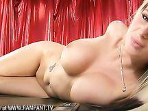 Jessica Lloyd gioca con la sua pussy