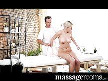 Bella porcona bionda scopata dal massaggiatore