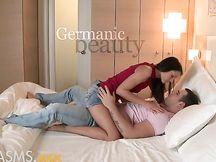 Sexy brunetta magra a letto col fidanzato
