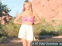 Lauren cammina nuda per strada