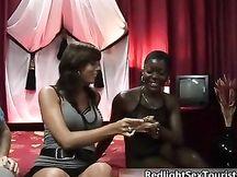 Prostituta nera succhia cazzo italiano