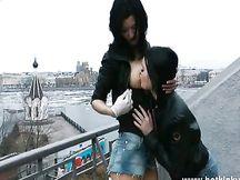Coppia di lesbiche fa sesso in terrazza