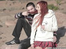 Teen rossa scopata in un parco
