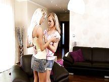 Lesbiche bionde si danno piacere