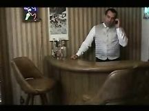 Ragazza incinta scopa col cameriere