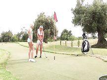 Scopata lesbo su un campo da golf