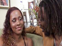 Ebony bella unta con le tette piccole