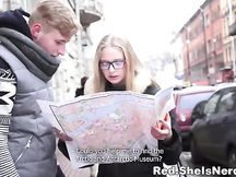 Giovane turista bionda con gli occhiali