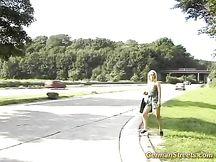 Bionda girl tedesca fa autostop