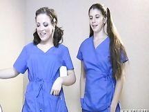 Due infermiere segano il cazzo ad un paziente