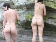 Due formose latine su una spiaggia per nudisti