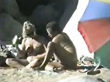 Video spycam - matura coppia eccitata sulla spiaggia