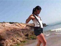 Modella bruna amatoriale striptease in spiaggia